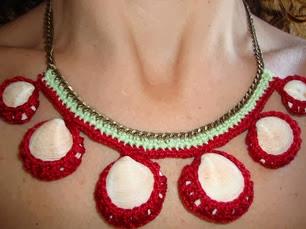 http://creacionesbatiburrillo.blogspot.com.es/2013/08/gargantilla-conchas-crochet.html
