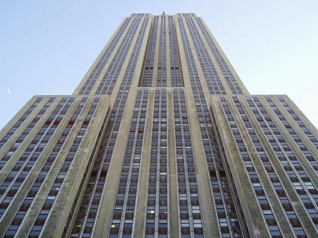 Evelyn Francis McHale, önünden geçtiği Empire State binasına giriyor ve asansöre binip 86. katındaki gözlem platformuna çıkıyor...