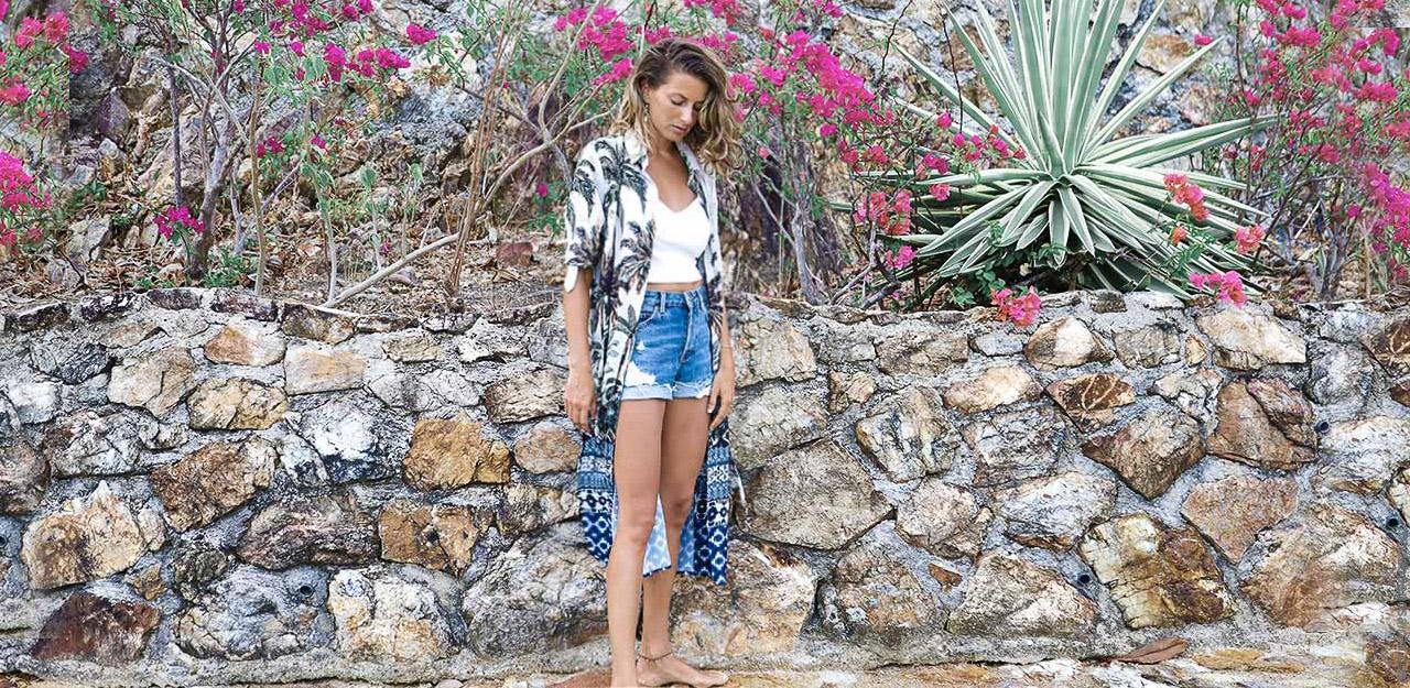 Kimonos primavera verano 2020. Remeras de mujer y shorts de jeans primavera verano 2020. Moda mujer primavera verano 2020.