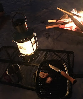 焚火で肉やベーコンを焼きながら一杯。 蓄熱性が高いので、雪中キャンプでも冷めにくい。
