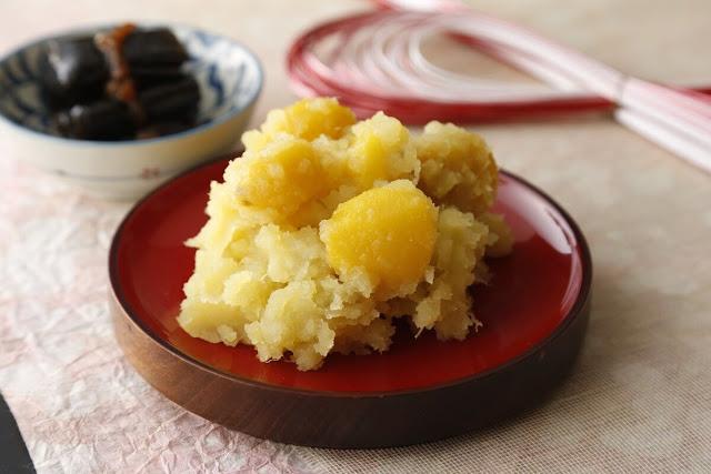 Kẹo hạt dẻ hoặc kuri-kinton, là một món ngọt đơn giản trong đó hạt dẻ được hấp, nghiền, và kết hợp với một đường bánh kẹo tinh tế trước khi bị xoắn lại thành hình. Khoai lang có thể được thêm vào để nâng cao hương vị, và những món ăn tốt nhất là thưởng thức với một tách trà nóng.    Hộp kuri-kinton là món quà phổ biến cho bạn bè và gia đình vào mùa thu. Họ có sẵn bất cứ nơi nào bán kẹo truyền thống, nhưng thành phố Nakatsugawa ở Gifu là đặc biệt nổi tiếng với các cửa hàng đặc sản, một số trong đó đã được hoạt động trong hơn một thế kỷ.