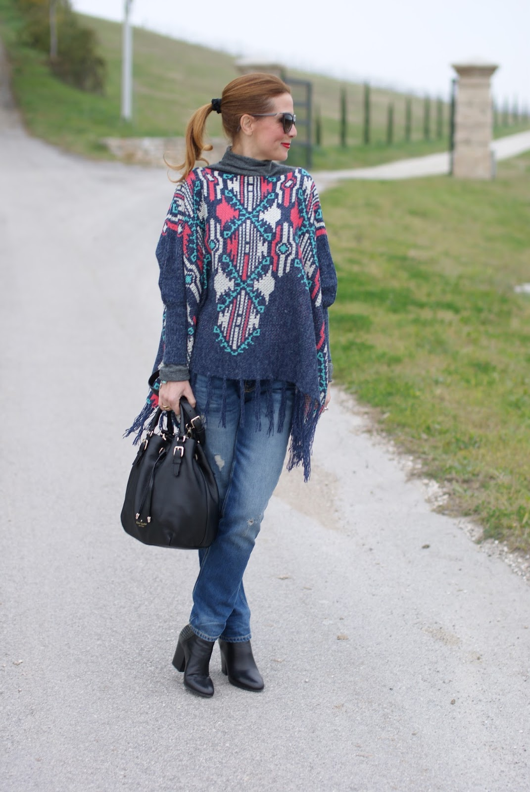 Fringed aztec poncho for a western chic inspired outfit on Fashion and Cookies fashion blog, fashion blogger style