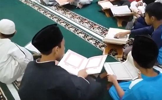 TADARUS : Anak anak dan remaja Masjid Babussalam Duta Bandara bertadarus Al Quran di hari pertama Ramadhan 1440 Hijriah. Foto Asep Haryono