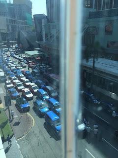 Pemandu teksi mengamuk kerana uber