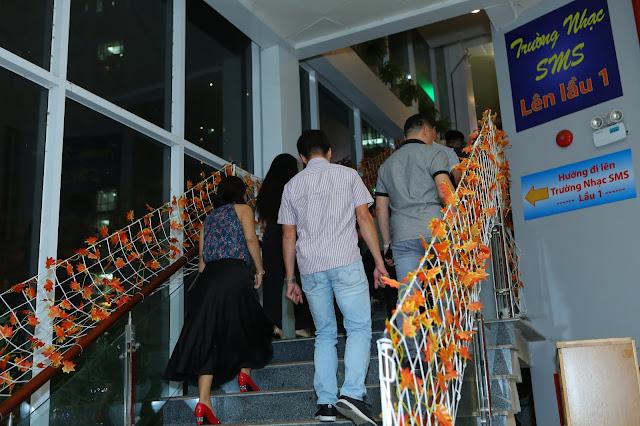 Đoàn khách tham quan các phòng học trường nhạc SMS cơ sở 3