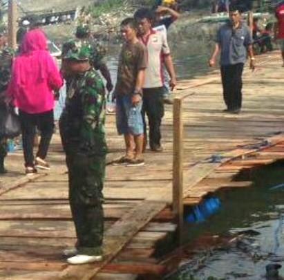 Warga,Polisi,TNI ,Dan,Pemkab Kep.Selayar, Gotong Royong Bangun, Jembatan, Terapung, Darurat, Di, Appabatu