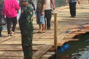 Warga,Polisi,TNI Dan Pemkab Kep.Selayar Gotong Royong Bangun Jembatan Terapung Darurat Di Appabatu