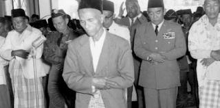 Berita kemerdekaan yang diumumkan oleh Sukarno dan Hatta, ternyata terlambat di Aceh. Berita kemerdekaan hanya diterima pada 14-15 Oktober 1945