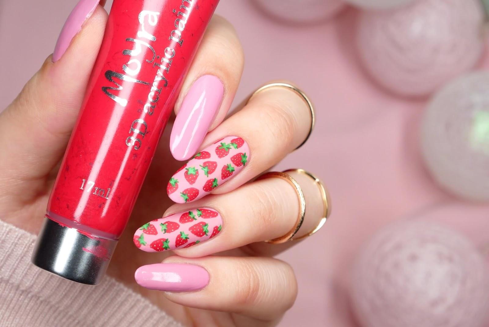 malowane truskawki na paznokciach