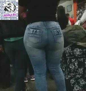 Morena sexy cola redonda pantalones apretados