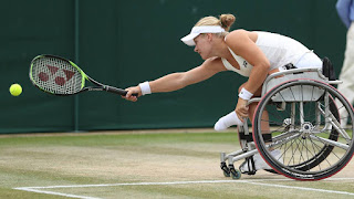 Fotografía de una tenista en silla de ruedas