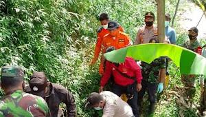 Petugas Evakuasi Mayat Wanita dari Sungai Gawak Sukomangli