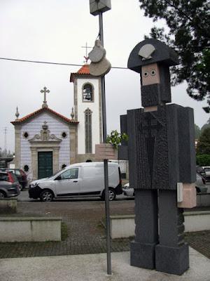 Estátua de Santiago de compostela e pequena igreja