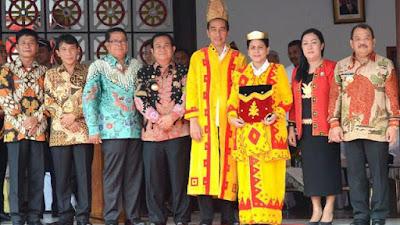 Bapak Jokowi dan Ibu Negara memakai baju adat Nias