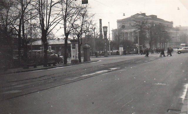 """1963 год. Рига. Бульвар Падомью. Впереди на перекрестке с улицей Ленина часы с надписью """"PEACE"""""""