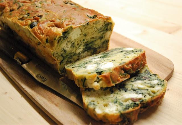 Cake aux épinards, à la feta et aux olives
