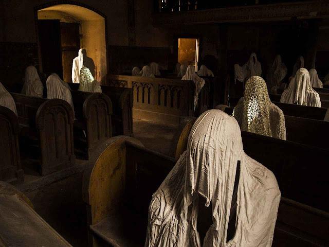 Montagem na igreja abandonada de S.Jorge na República Checa é imagem surrealista da crise na igreja alemã.