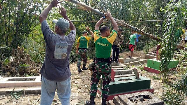 Sambut HUT ke-73 TNI, Yonarmed 11 Kostrad Bersih-Bersih Pemakaman Umum