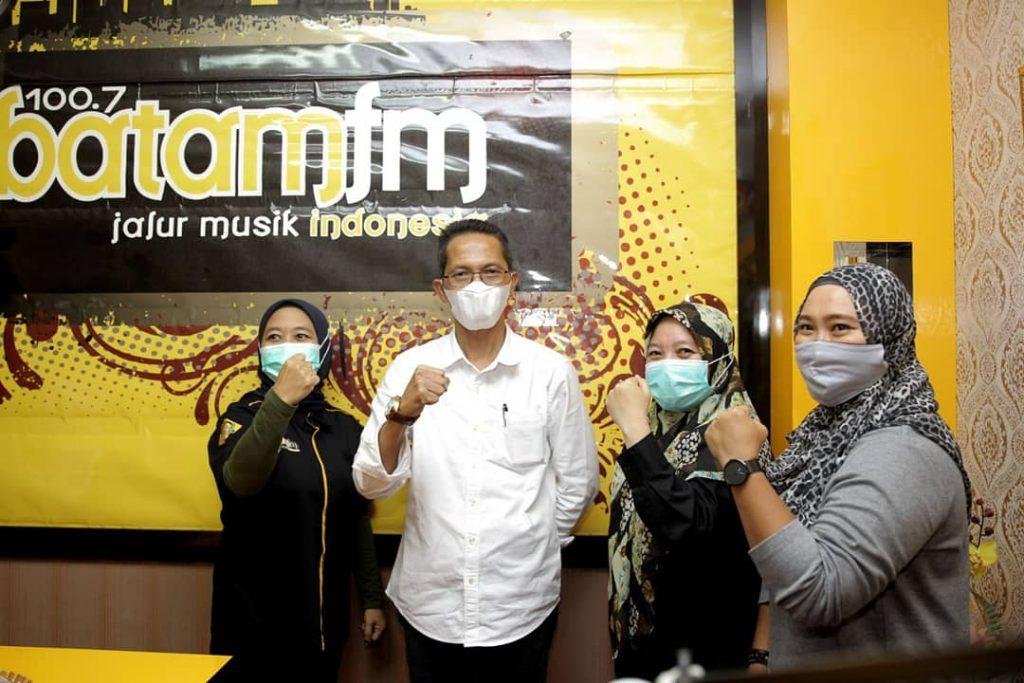 Melalui Siaran Radio Batam FM, Amsakar Mensosialisasikan Vaksinasi Covid-19