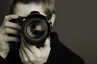 nhiếp ảnh gia phải làm việc nhiều với máy ảnh và photoshop