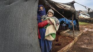 عائلات سورية تعاني البرد وتنتظر العون بالمخيمات في إدلب