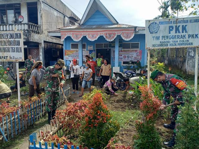 Personel Jajaran Kodim 0207/Simalungun Bersama Warga Gotong Royong Bersihkan Kiri Kanan Jalan