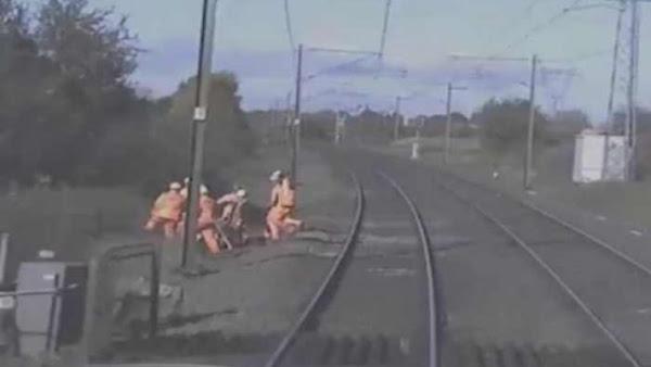 Εργάτες σιδηροδρόμων ξεγελούν τελευταία στιγμή τον θάνατο από διερχόμενο τρένο (video)