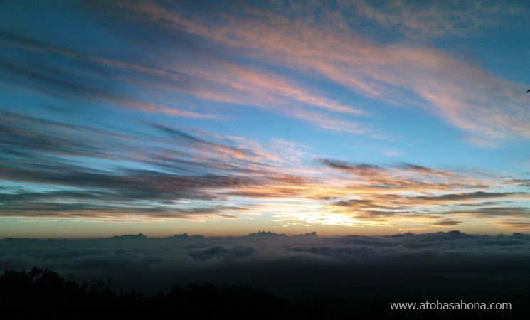 Langit Biru di Puncak Gunung Mahawu
