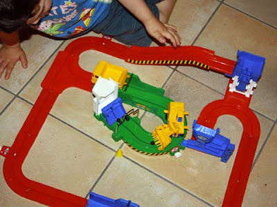 Bambino gioca con l'''Allegro cantiere'' Giochi Preziosi