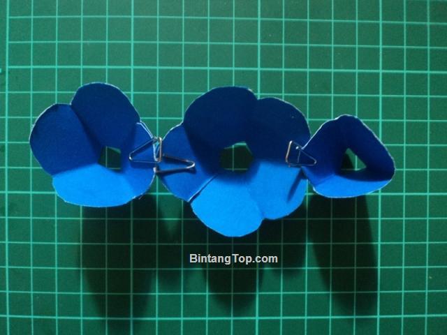 3 bunga kertas dengan 3 macam ukuran