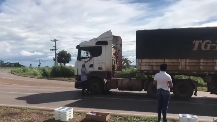 Churrascaria Chimarrão faz marmitas de graça para caminhoneiros em meio à crise