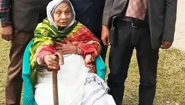উল্লাপাড়া পৌর নির্বাচনে ১০৬ বছর বয়সী বৃদ্ধ জড়িনার ভোট প্রদান