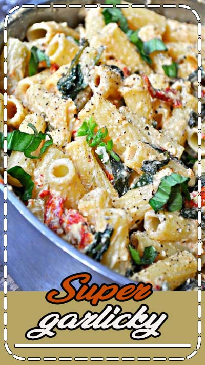 Super garlicky sun dried tomatoes and spinach cooked in white wine. Made creamy with luscious cashew cream, tossed with rigatoni.