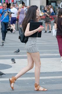 Linda chica mini falda ella tiene piernas sexys
