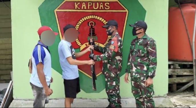 Satgas Yonif 642 Kapuas Terima Satu Pucuk Senjata Rakitan Dari Warga Perbatasan