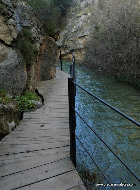 ruta de senderismo por el río en Albarracín