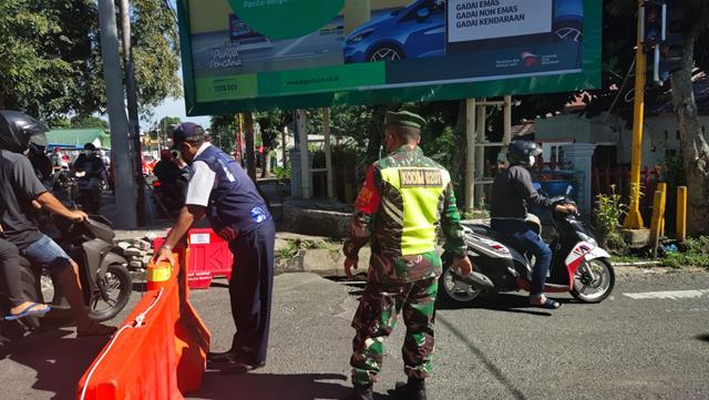 Melalui Personel Jajaran Kodim 0207/Simalungun Laksanakan Pos Penyekatan PPKM Level lll Diwilayah Kota Pematang Siantar