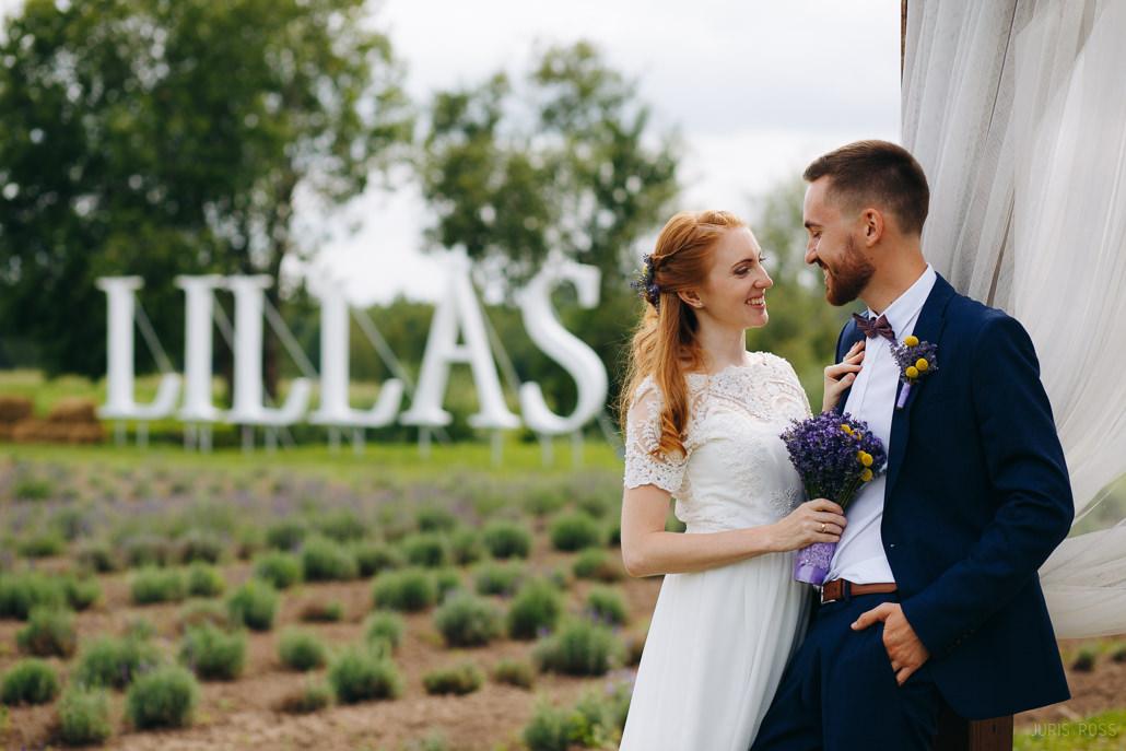 kāzu fotosesija lillas lavandu laukos