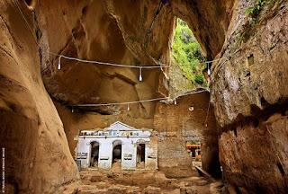 Ηλεία: Ανάμεσα σε δυο βουνά υπάρχει ένα μοναστήρι με φυσική ομορφιά!