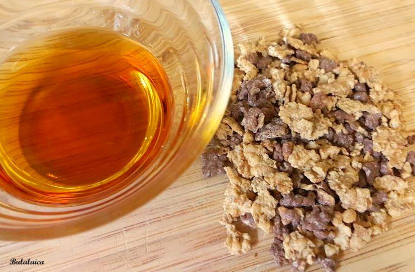 Turrón de chocolate negro, cereales y licor de Amaretto