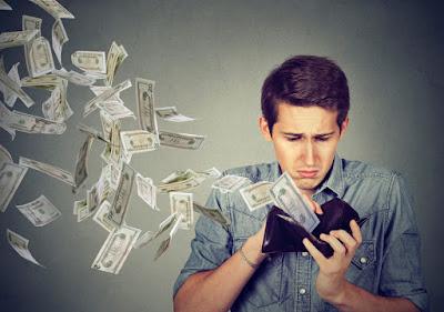 Chico mirando su presupuesto para viaje a Islandia