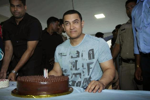 Aamir Khan celebrates his 50th birthday with the media at residence at Bandra