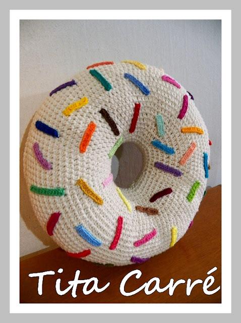 Almofada Donut com confeitos coloridos em crochet