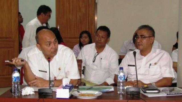 Kepala Dinas Pemukiman dan Perumahan Rakyat, J.E Kenap, didampingi Kepala Dinas Pekerjaan Umum (PU), Stif Kepel