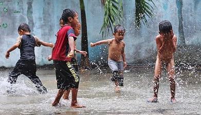 Inilah Manfaat Tersembunyi Mandi Hujan yang Jarang Diketahui Orang