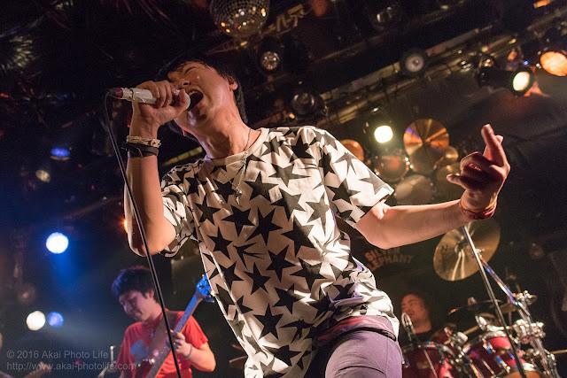 ライブハウスシルバーエレファントで撮影したバンドTRI-toNeのヴォーカルの写真