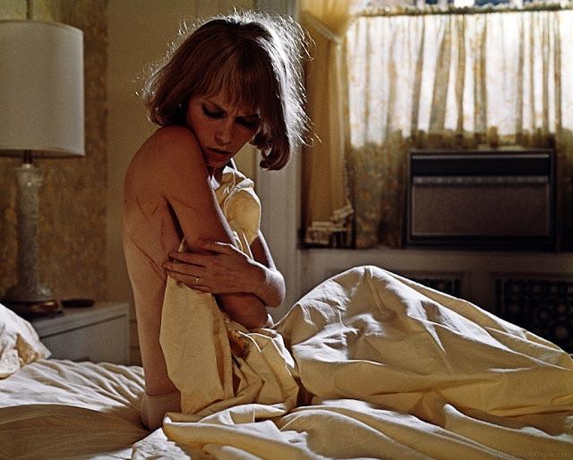 Rosemary di film Rosemary's Baby (1968) terbangun dengan tubuh tergores