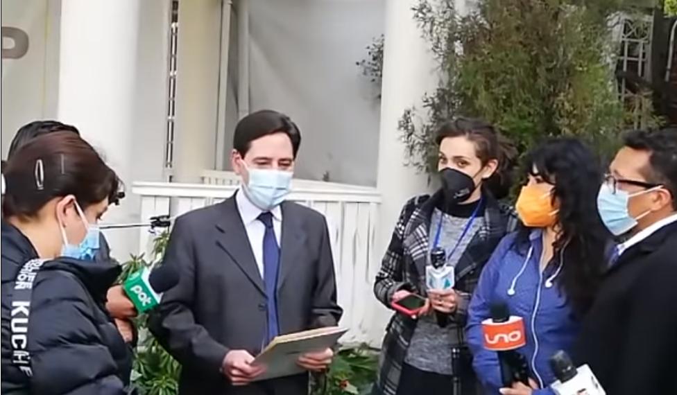 Romero dando agradecimientos a la prensa de cobertura  en el patio del TSE / RRSS