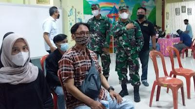 Danramil Pulogadung Dampingi Staf Ahli Pangdam Jaya Tinjau Giat Serbuan Vaksinasi di PD. Pasar Jaya Pulogadung