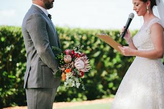 No altar, mulher desmascara noivo e lê mensagens dele para amante